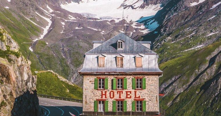 Projeto fotográfico reúne lugares que parecem cenas de filmes do diretor Wes Anderson